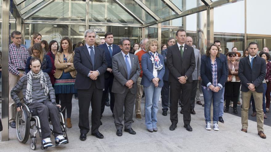 El presidente, la vicepresidenta y el consejero de Presidencia y Justicia han encabezando una concentración silenciosa ante la sede del Ejecutivo. | Miguel López