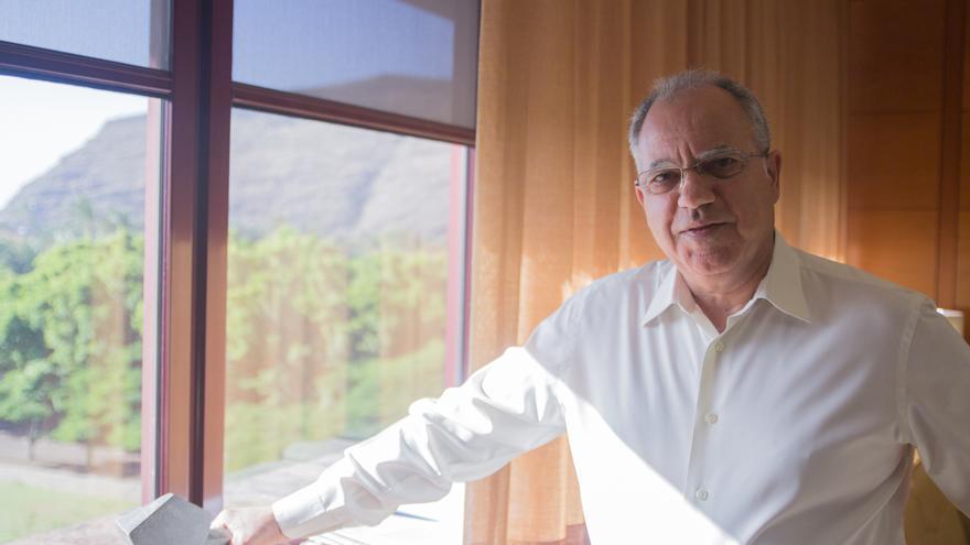 Casimiro Curbelo en su despacho del Cabildo Insular