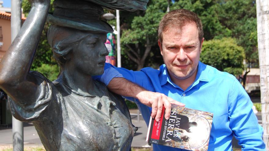 Javier Sierra, en una imagen tomada en el centro de Santa Cruz de Tenerife