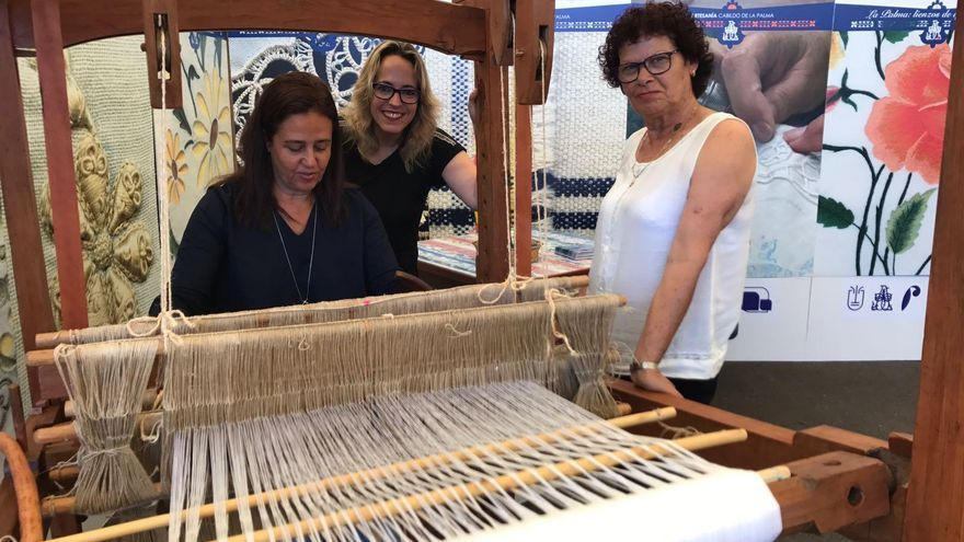La consejera de Artesanía del Cabildo de La Palma, Susana Machín (centro), encabeza la delegación palmera en la trigésima edición de la Feria Insular de Artesanía de Fuerteventura.