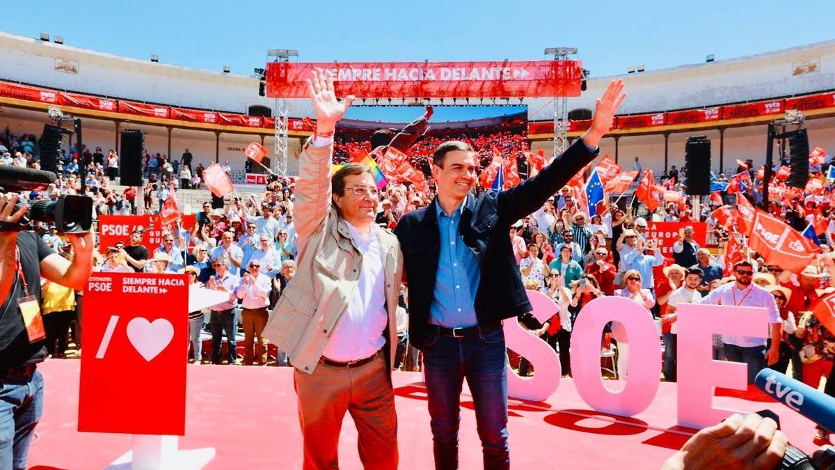 Guillermo Fernández Vara y Pedro Sánchez en una imagen de archivo durante un acto de campaña en Mérida