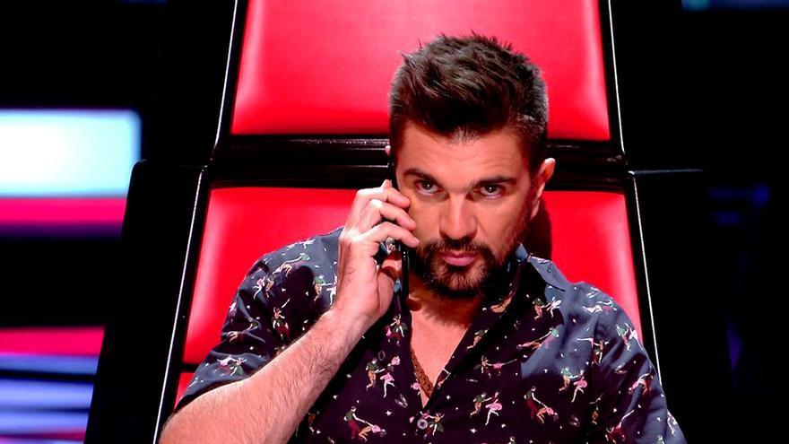Juanes atiende su móvil en La Voz 5