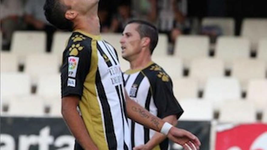 Jugadores del Cartagena se lamentan, durante un choque de la presente temporada. (futbolclubcartagena.com)