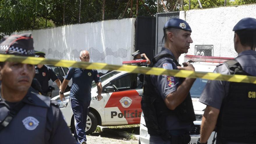 Policías aguardan tras el tiroteo en una escuela de Sao Paulo, Brasil.