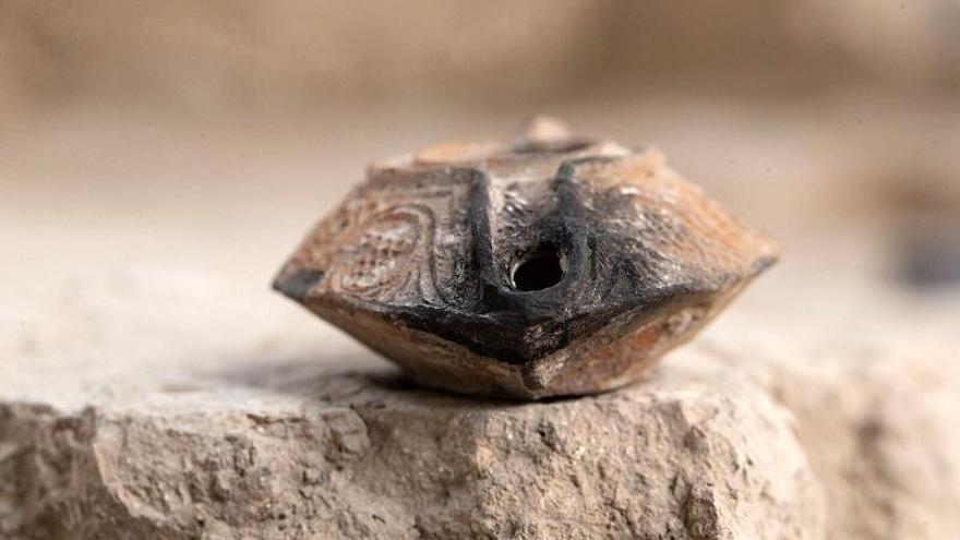 Hallado un amuleto con bendición en árabe de hace mil años en Jerusalén Este