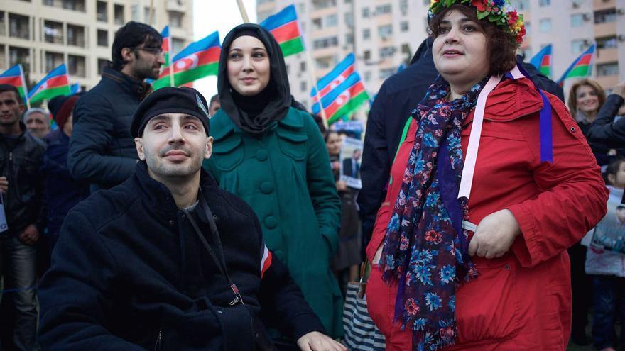 La periodista Khadija Ismayilova (derecha), ahora encarcelada, en una manifestación. / Imagen cedida (Foto:Jahangir Yusif).