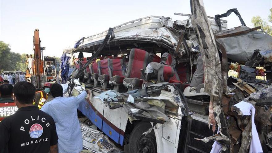 Al menos 26 muertos y unos 50 heridos en accidente de autobús en Pakistán