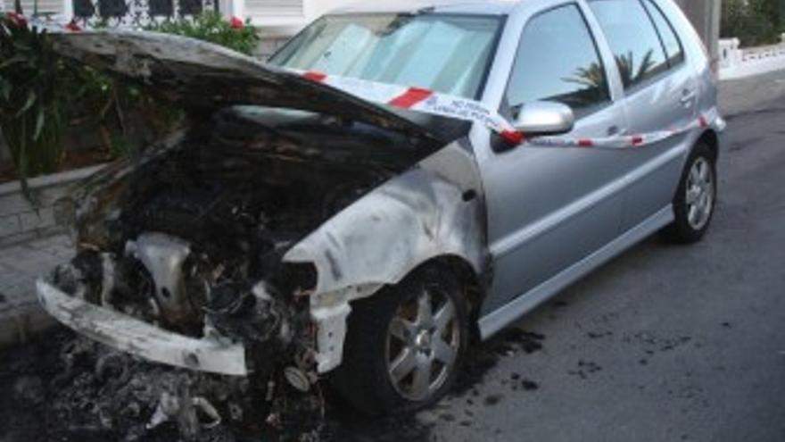 Uno de los vehículos incendiados. (ACN PRESS)
