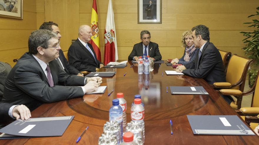 Reunión en el Gobierno de Cantabria con los responsables de Slipstream.   RAÚL LUCIO