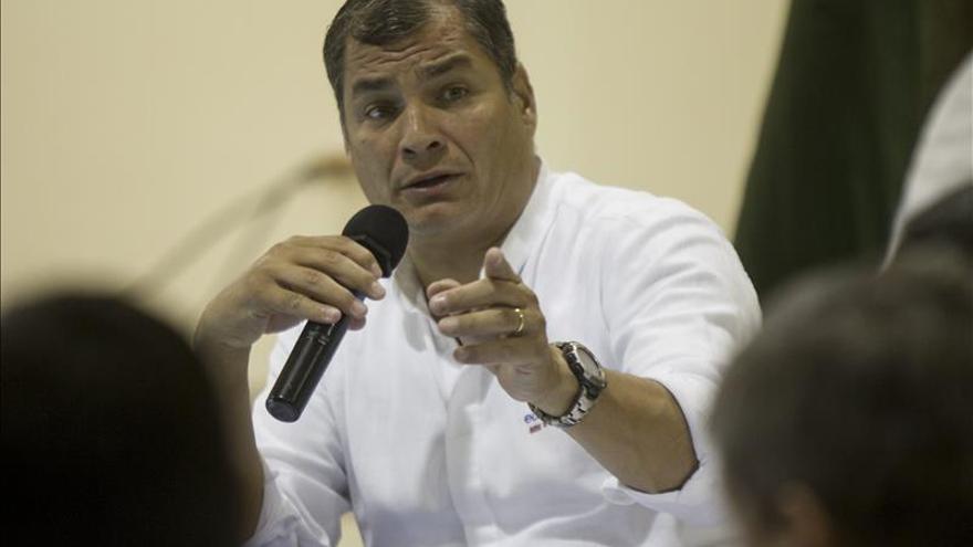 El presidente de Ecuador recibe el bastón de Santa Teresa