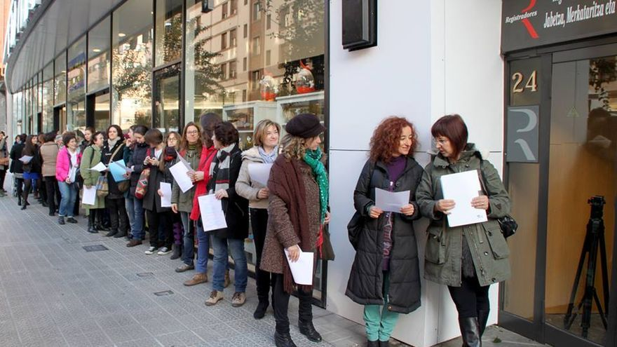 Varias mujeres hacen cola en el Registro de la Propiedad en Bilbao para registrar sus cuerpos. /FOTO: María Seco