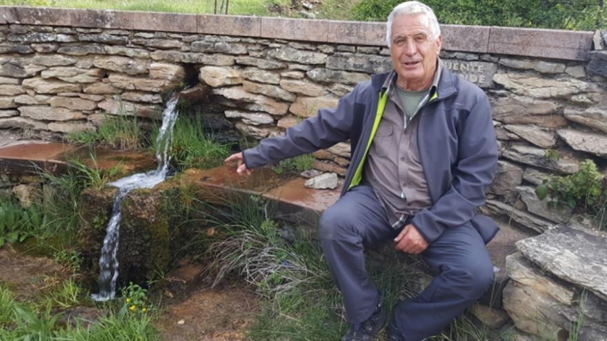 Moisés García es uno de los naturalistas voluntarios que desde hace años se ha dedicado a recuperar fuentes y manantiales de Valdemeca y su entorno.