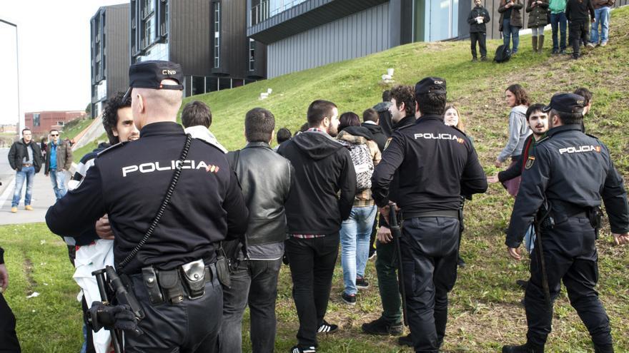 Nueve personas han sido imputadas por el escrache al presidente de Cantabria en un acto de la Universidad