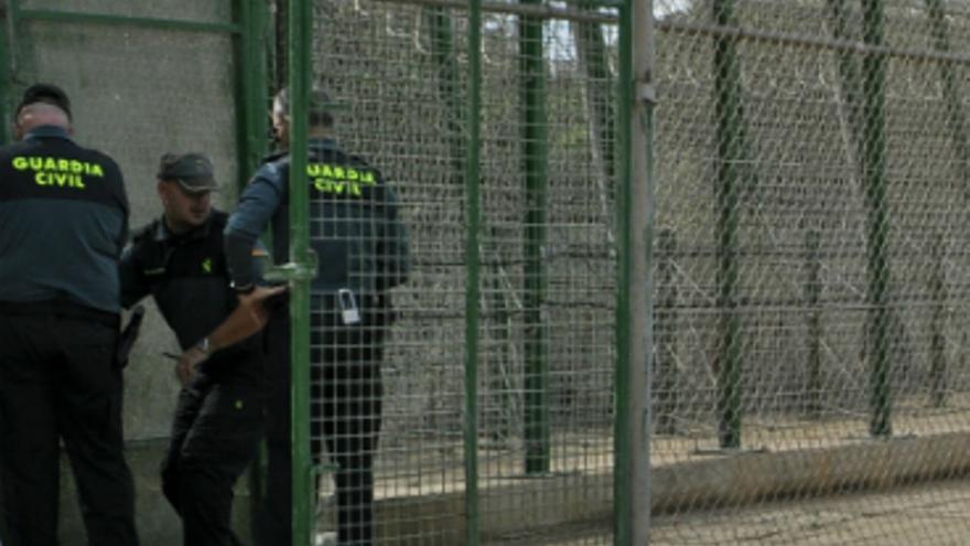 Guardia Civil abre la puerta del vallado situada en la cara oculta del Cementerio Musulmán./ J. Blasco de Avellaneda