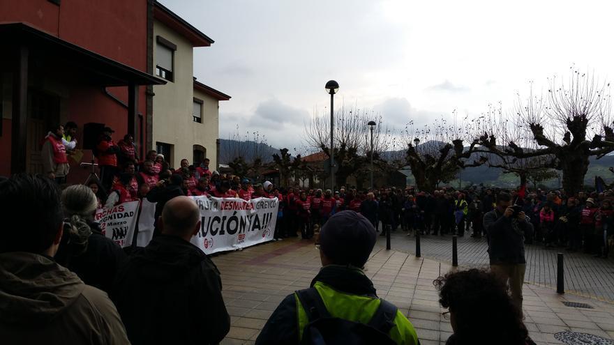 La Marcha de la Dignidad de Cantabria concluyó en el Ayuntamiento de San Felices de Buelna, donde se reunieron cerca de medio millar de personas.