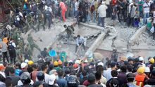Fotografía de archivo fechada el 19 de septiembre de 2017 que muestra a cientos de mexicanos rescatando a personas atrapadas en edificios colapsados por un terremoto, en Ciudad de México (México).