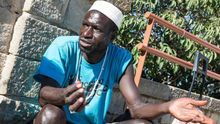 Ibrahima Seyde trabaja vendiendo las obras que él mismo esculpe / SANDRA LÁZARO