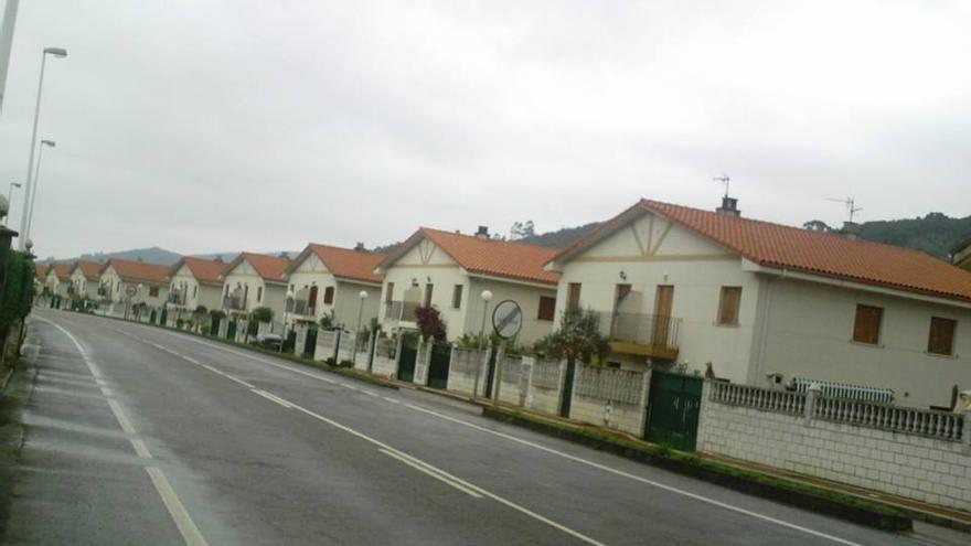 Una de las urbanizaciones construidas en Argoños durante la burbuja inmobiliaria. | DIEGU SAN GABRIEL
