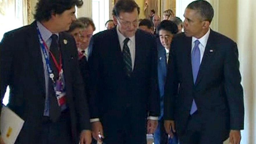 RUSIA G20 CUMBRE:GRA327. SAN PETERSBURGO (RUSIA), 05/09/2013.- Fotografía tomada del vídeo facilitado por la Presidencia del Gobierno español del jefe del Ejecutivo, Mariano Rajoy (c), conversando con el presidente de Estados Unidos, Barack Obama (d), antes de acceder a la sala del Palacio de Constantino de San Petersburgo, donde se celebra el plenario del G20. EFE/Presidencia del Gobierno