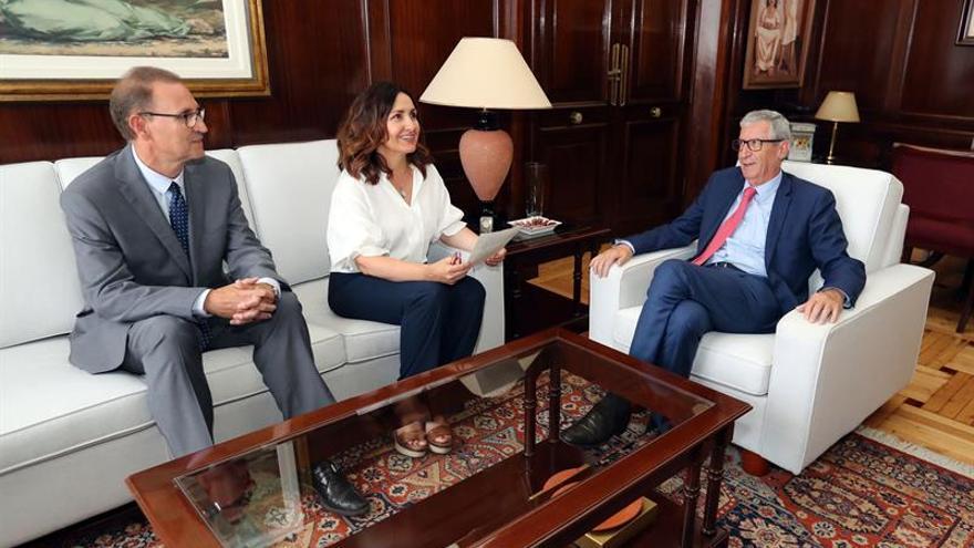 Reunión del delegado del Gobierno de Canarias, Juan Salvador León, con la directora del INSS, Gloria Redondo.