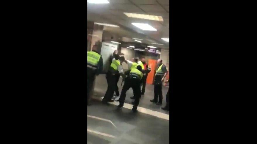 Imágenes difundidas de la agresión a una persona en la estación de Cercanías de plaza Catalunya