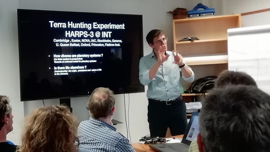 Didier Queloz durante un seminario de trabajo impartido en las oficinas del ING en Santa Cruz de La Palma en abril de 2019 sobre la ciencia que HARPS-3 y el programa THE tienen previsto desarrollar.
