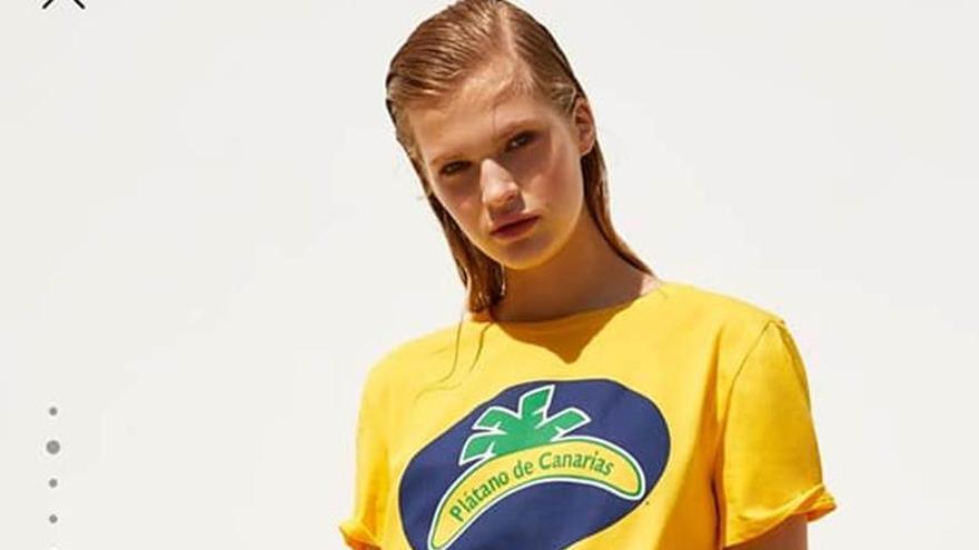 Una modelo viste el nuevo diseño de camiseta de Zara con la marca Plátano de Canarias