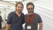 El líder de Unidos Podemos, Pablo Iglesias, posa junto a Edu Galán