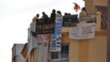 Las pancartas de la Corrala Buena Ventura se colgaron en febrero /Foto: NC