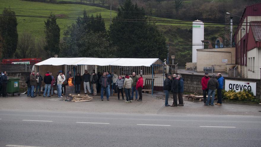 Los trabajadores de Greyco mantienen su huelga desde el pasado 19 de enero.   JOSÉ MIGUEL GUTIÉRREZ ACHUTEGUI