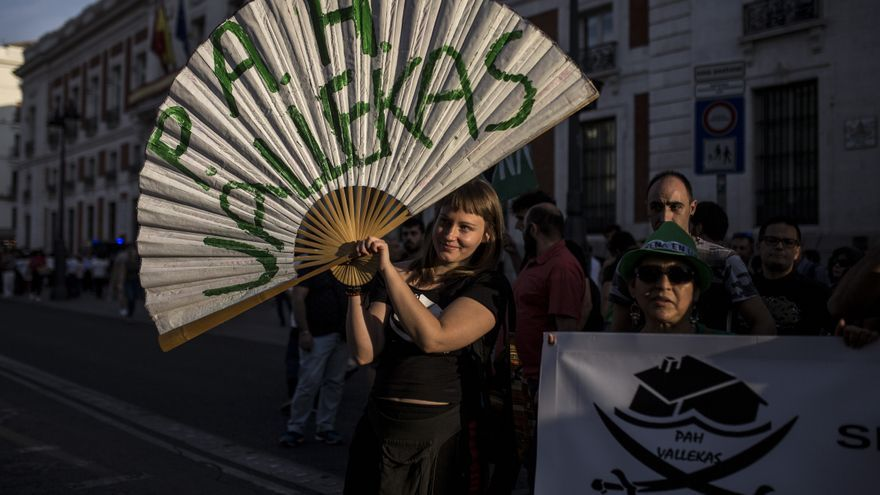 Una joven en la manifestación de la PAH