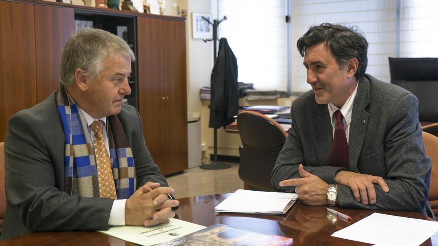Mañanes y el alcalde de Villaescusa. |  Irene Olmo