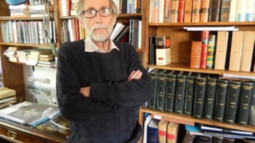 Francisco Torres Oliver en su biblioteca / JMVB