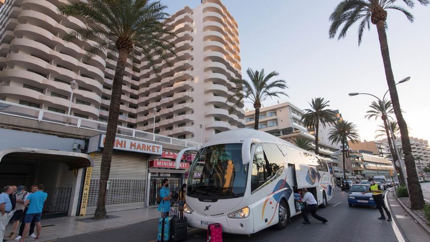 Estudiantes se suben al autocar a las puertas del hotel Bellver de Palma de Mallorca.
