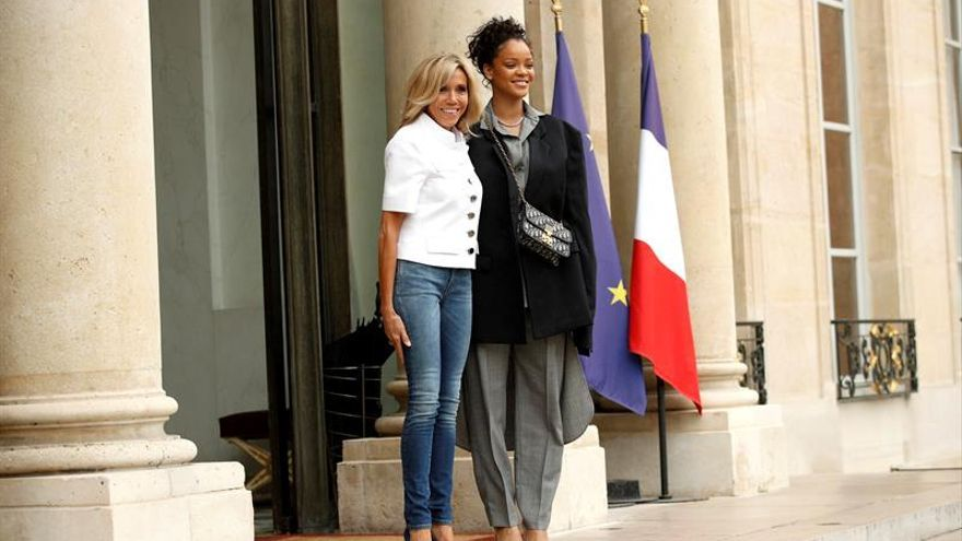 El matrimonio Macron recibe en el Elíseo a Rihanna por su labor humanitaria