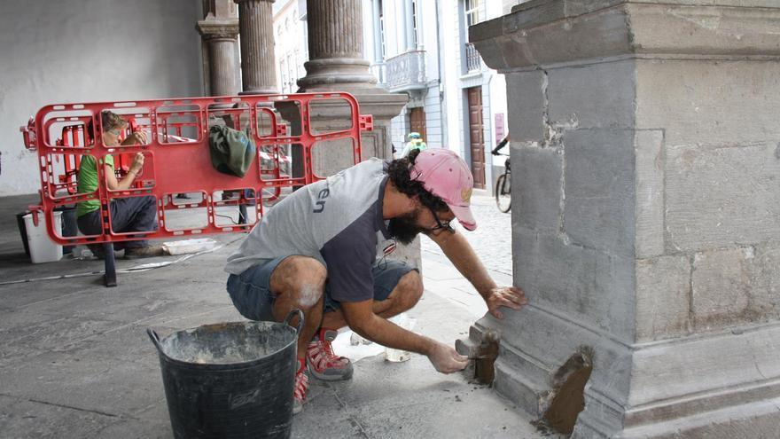 Intervención de conservación y mantenimiento en las basas de las columnas de la fachada principal de las Casas Consistoriales.