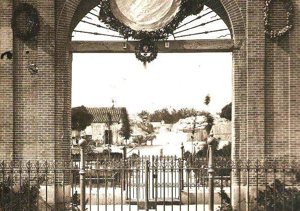 Plaza del Dos de Mayo en 1870, cuando se acababa de derribar el Parque de Artillería de Monteleón y la zona al norte de la actual plaza estaba sin urbanizar. Debajo del arco, al final del terreno que ocuparía la calle de Ruiz, se ve a Daoiz y Velarde en lo que hoy es la calle Carranza | Foto: LAURENT