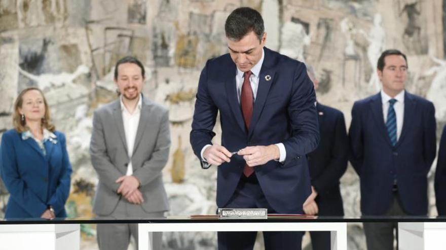 El presidente del Gobierno, Pedro Sánchez, firma el acuerdo con patronal y sindicatos para subir el salario mínimo.