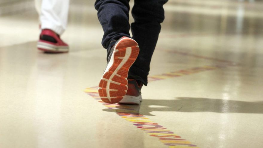 Un niño camina por los pasillos del Hospital Sant Joan de Déu