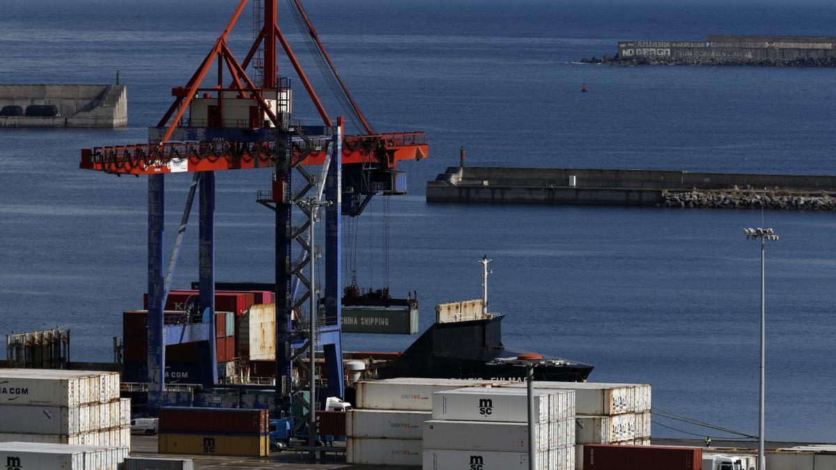 Una grúa carga contenedores en un barco mercante en el Puerto de Bilbao. EFE/LUIS TEJIDO/Archivo