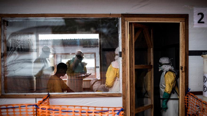 Desde el inicio del brote de Ébola en agosto del año pasado en República Democrática del Congo (RDC), el Ministerio de Salud congoleño y la OMS han registrado más de 2.600 casos y contabilizado más de 1.700 muertes. Este es el brote más letal en el país y el segundo en la historia desde que se identificó el virus. Esta epidemia presenta nuevos desafíos en la lucha contra el virus, ya que se desarrolla en un contexto de inseguridad y de conflicto activo. A las necesidades sanitarias que ya sufre el país, se le une el impacto directo de los enfrentamientos y una espiral de violencia generalizada. © John Wessels