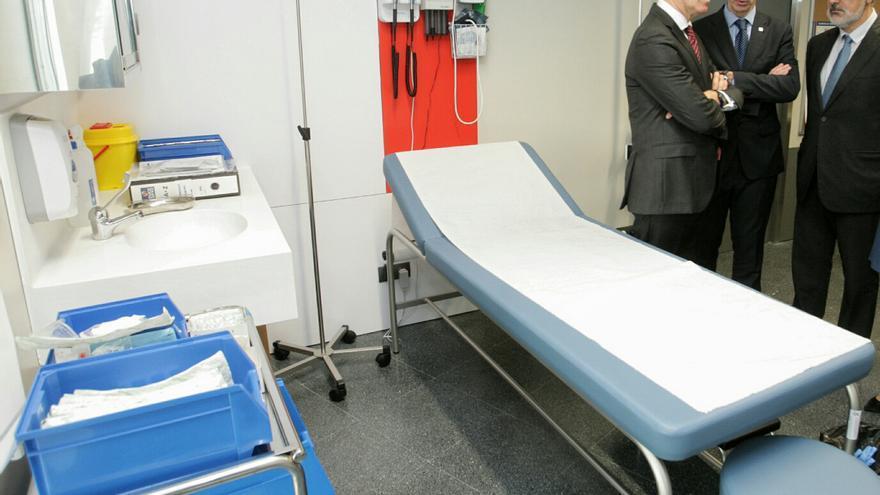 Feijóo, el conselleiro de Sanidade y el delegado de la Xunta en Pontevedra, visitando un centro de salud