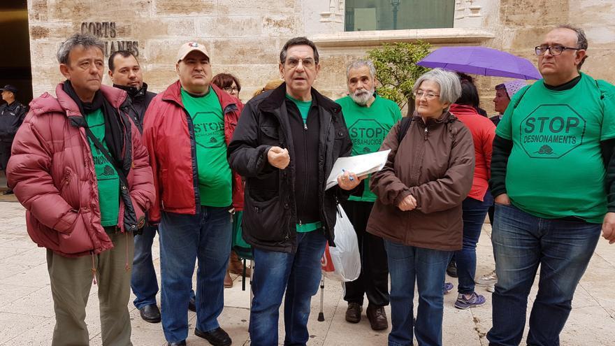 Activistas de la PAH frente a la puerta de les Corts