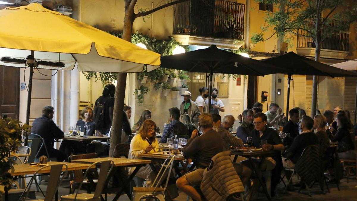 Personas en un bar de Mallorca