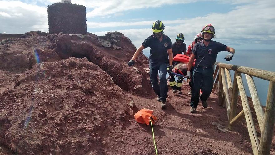 Rescate del excursionista desde la cima por parte de los bomberos profesionales, en la zona de El Médano