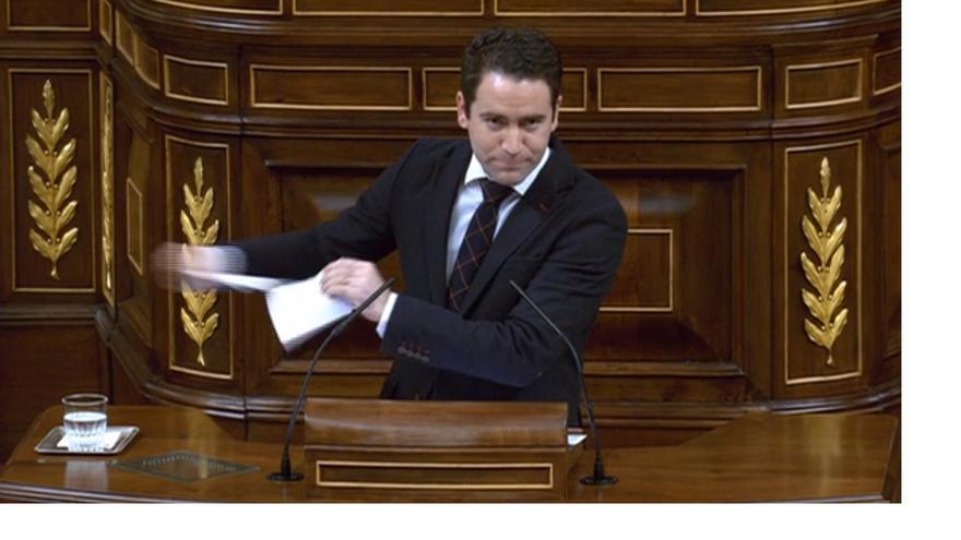 Teodoro García Egea, diputado del PP, rompe una hoja con un comentario publicado en las redes sociales.