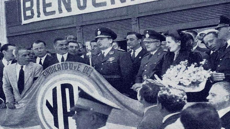Juan Domingo y Eva Perón en un acto de YPF