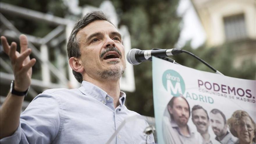 """López (Podemos) defiende a Manuela Carmena, """"clara y directa"""" ante Aguirre"""