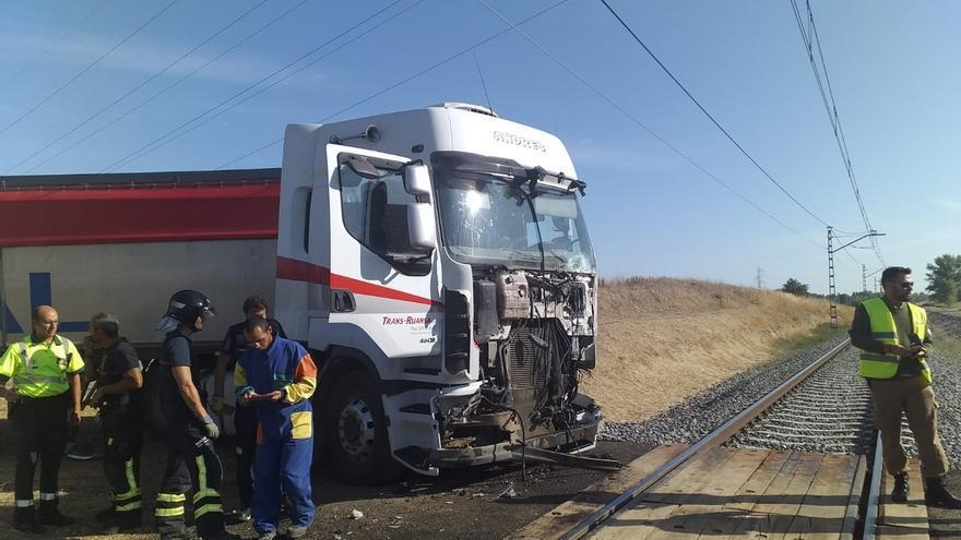 Un camión choca contra el Alvia Santander-Alicante en el paso a nivel de Husillos (Palencia)