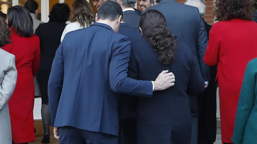 Sánchez, Iglesias y los ministros se retiran al palacio después de hacerse la foto de familia en el primer día del Gobierno.